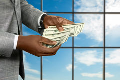 Die Hand des schwarzen Geschäftsmannes zählt Geld Stockfotos