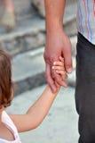 Die Hand des Vaters, die eine Kinderhand, Nahaufnahme hält Lizenzfreies Stockfoto