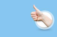 Die Hand, die Daumen zeigt, up Geste Lizenzfreies Stockfoto