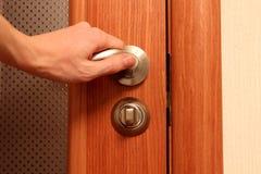 Die Hand, die eine Tür öffnet Lizenzfreie Stockfotos