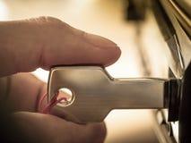 Die Hand, die einen Schlüssel verstopft, formte USB-Antrieb in Hafen Lizenzfreies Stockfoto