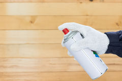 Die Hand, die Sprühfarbe kann hält Lizenzfreies Stockbild