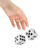 Die Hand, die zwei wirft, würfelt Stockbild