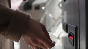 Die Hand einer Frau macht eine Banknote zum ATM stock video footage