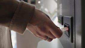 Die Hand einer Frau macht eine Banknote zum ATM stock video