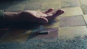 Die Hand einer Person mit einer rauchenden Zigarette Sterben wegen des Rauchens Onkologisches Konzept stock video