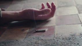 Die Hand einer Person mit einer rauchenden Zigarette Sterben wegen des Rauchens Onkologisches Konzept stock video footage