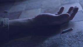 Die Hand einer Person mit einer rauchenden Zigarette Sterben wegen des Rauchens Onkologisches Konzept stock footage