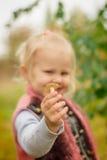 Die Hand eines kleinen Mädchens Stockfotos