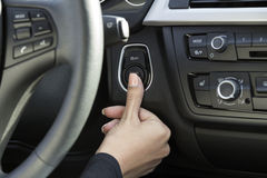 Die Hand eines Mädchens in einem Auto Stockfoto