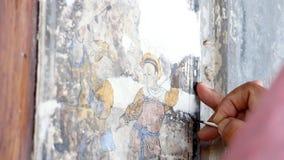 Die Hand eines Malereikünstlers repariert eine chinesische Malerei Erneuerung der chinesischer Malerei auf den Wänden von Altbaut stock video