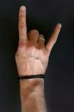 Die Hand eines Mannes, die Teufel Hörner zeigt Stockbilder