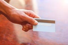 Die Hand eines Mannkreditkarte-Geschäftskonzeptes stockfotos