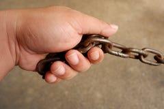 Die Hand, die die Kette zieht stockfotografie