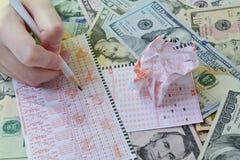 Die Hand schreibt auf Lottoschein Stockfoto