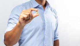 Die Hand, die die Vitamine für Gesundheit hält stockfotografie