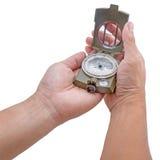 Die Hand, welche die Armeegrün Kompassisolierung hält Lizenzfreies Stockbild