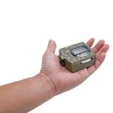 Die Hand, welche die Armeegrün Kompassisolierung hält Stockfoto