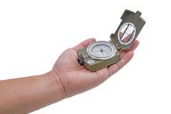 Die Hand, welche die Armeegrün Kompassisolierung hält Stockbilder