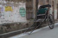 Die Hand zog die Rikscha, die noch in der Stadt der Freude Kolkata in Indien benutzt wurde lizenzfreie stockfotos