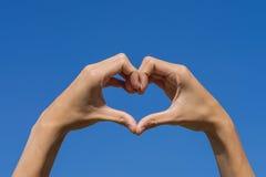 Die Handformung ist- Herz für Liebe Stockfotografie