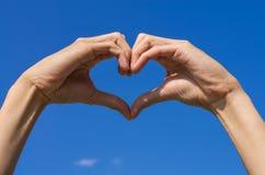 Die Handformung ist- Herz für Liebe Stockfotos