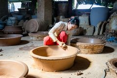Die handmaking Tonwaren der Frau stockfotos
