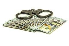 Die Handschellen, die auf den amerikanischen hundert Dollarscheinen liegen Stockbild