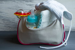 Die Handtasche der Frauen mit Einzelteilen zur Sorgfalt für das Baby Lizenzfreie Stockfotografie