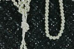 Die Handtasche, die von den schwarzen Perlen, weiße Perle hergestellt wird, bördelt Lizenzfreies Stockfoto