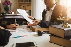 Die harte Arbeit eines asiatischen Rechtsanwalts in einem Rechtsanwaltsbüro lizenzfreies stockbild