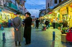 Die hasids im Markt Stockfotos