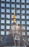 Die Haube der orthodoxen Kirche im Hintergrundbüro stockfotos
