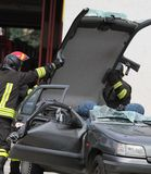 Die Haube des Autos wird nach dem Unfall entfernt Lizenzfreies Stockfoto