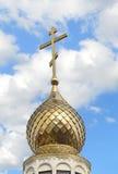 Die Haube und das Kreuz einer orthodoxen Kapelle Lizenzfreies Stockfoto