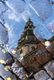 Die Hauben-Kathedrale in Riga in der Herbstpfützenreflexion Stockfotografie