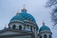 Die Hauben mit Kreuzen von Dreiheit das Troitsky-Kathedralen-Heilige Lizenzfreie Stockfotos