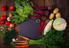 Die Hauptbestandteile - Gemüse für das Kochen des Borschtschs (Rote-Bete-Wurzel, Kohl, Karotten, Kartoffeln, Tomaten) Stockbilder
