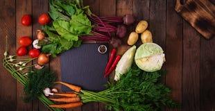 Die Hauptbestandteile - Gemüse für das Kochen des Borschtschs (Rote-Bete-Wurzel, Kohl, Karotten, Kartoffeln, Tomaten) Stockbild