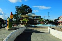 Die Hauptpiazza in Tena, Ecuador an einem hellen sonnigen Tag lizenzfreie stockbilder