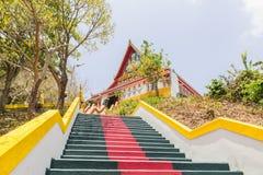 Die Haupttreppe, die zu die Replik von Phra die in--Kwaen führt (hängender goldener Felsen) an Sirey-Tempel, Phuket, Thailand stockfoto