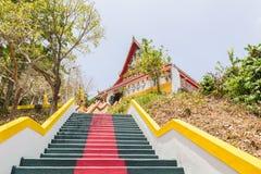 Die Haupttreppe, die zu die Replik von Phra die in--Kwaen führt (hängender goldener Felsen) an Sirey-Tempel, Phuket, Thailand lizenzfreie stockfotografie