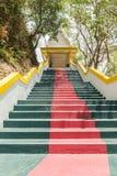 Die Haupttreppe, die zu die Replik von Phra die in--Kwaen führt (hängender goldener Felsen) an Sirey-Tempel, Phuket, Thailand stockfotografie