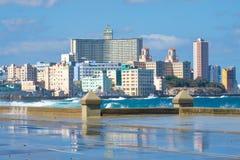 Die Havana-Skyline mit den Wellen, die auf dem Malecon zusammenstoßen Lizenzfreie Stockbilder