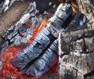 Die heißen Kohlen (Brennholz) Stockbild
