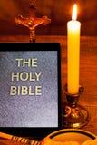 Die heilige Bibel im Tablet-Computer Lizenzfreies Stockbild