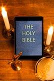 Die heilige Bibel im Tablet-Computer Stockfotos