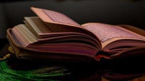 Die Heilige Schrift von Moslems Quranhänden halten das koran Lizenzfreie Stockbilder