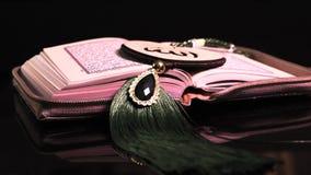 Die Heilige Schrift von Moslems Quranhänden halten das koran Stockfotos