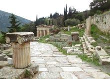 Die heilige Weise, die zu den Fiskus der Athenians in der archäologischen Fundstätte von Delphi führt Stockbilder